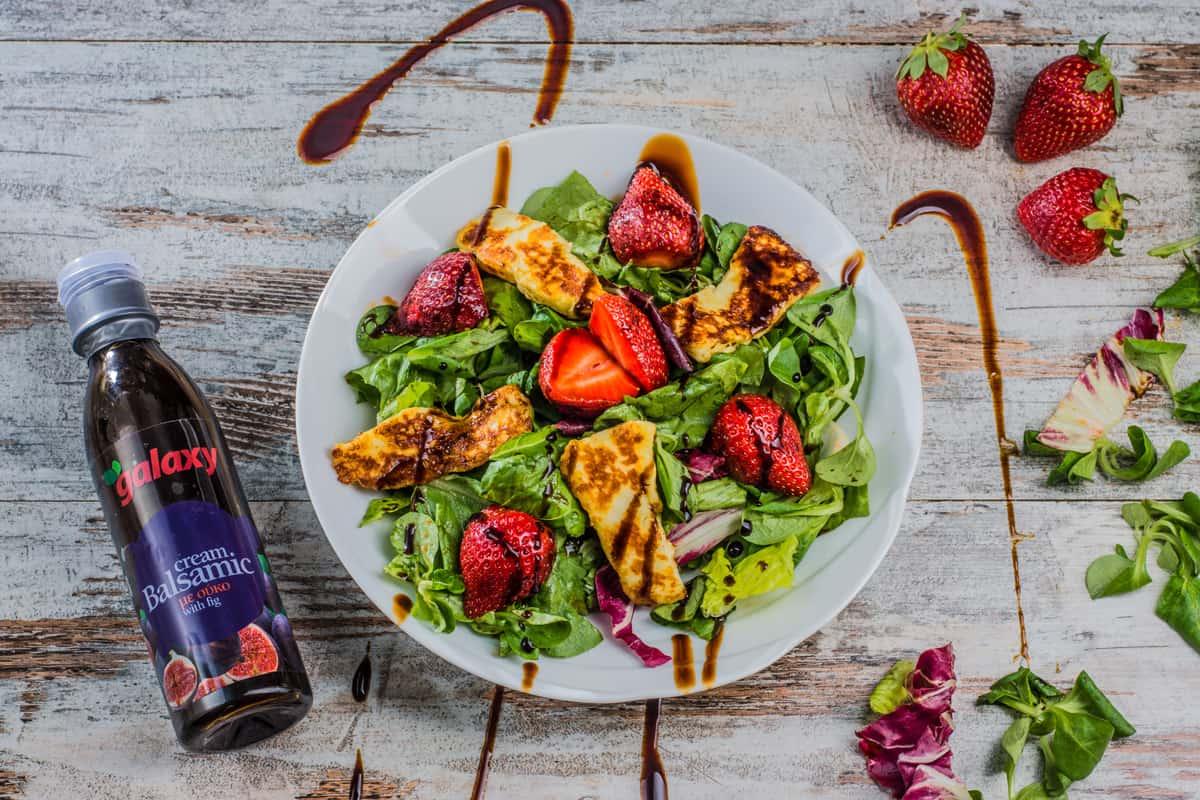 πράσινη σαλάτα με χαλούμι και φράουλες